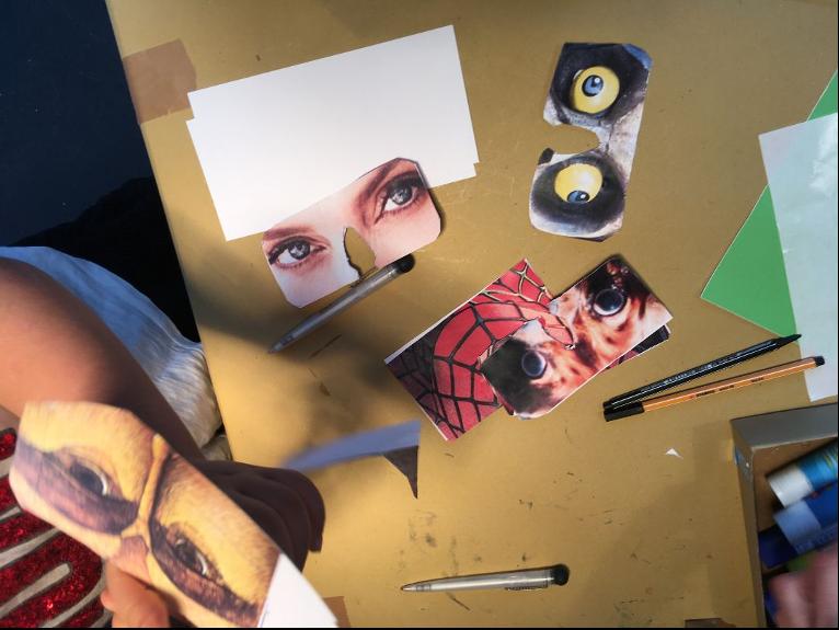 Veranstaltungsfoto Aufsicht auf einen Tisch mit Bastelmaterial und mehreren Masken
