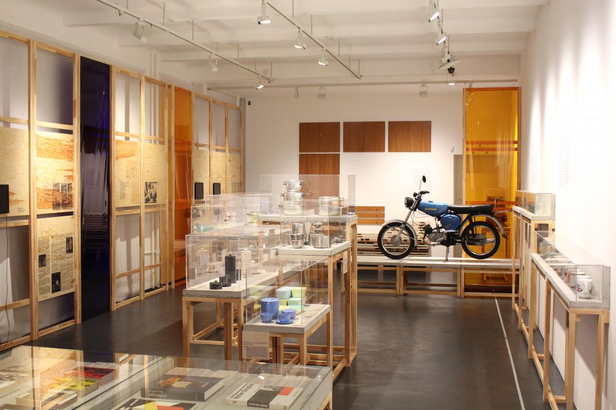 """Blick in die Ausstellung """"Alltag formen! Bauhaus-Moderne in der DDR"""""""