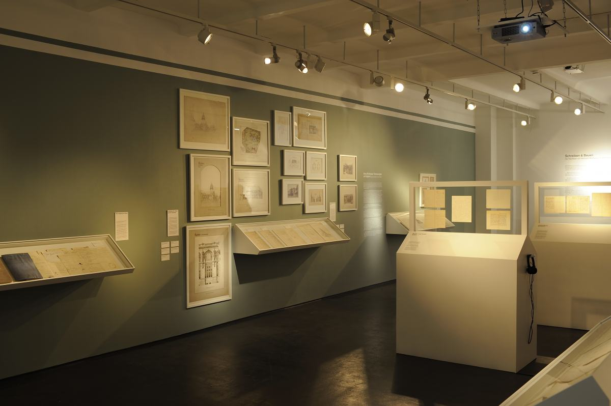 """""""Schreiben & Bauen. Der Nachlass Hermann Muthesius"""" Ausstellungsansicht im Werkbundarchiv - Museum der Dinge"""
