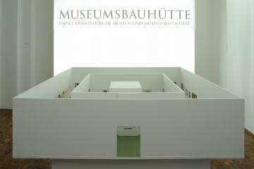 "Eingangsinstallation der Sonderausstellung ""Museumsbauhütte"""