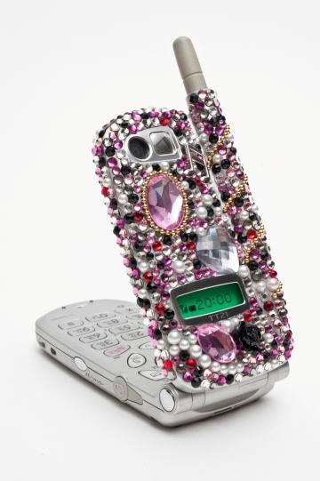 """verziertes Handy, Entwurf Moeko Ishida, Exponat der Sonderausstellung """"Böse Dinge"""" im Werkbundarchiv - Museum der Dinge"""