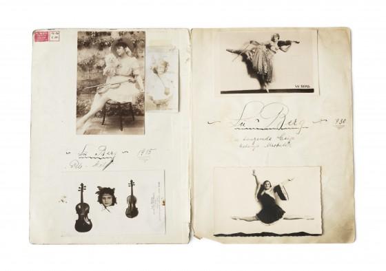Portfolio der Künstlerin Lu Berg, aufgeschlagen, mit vier schwarz-weiß Fotografien, darauf eine Frau mit Geige und beim Tanzen