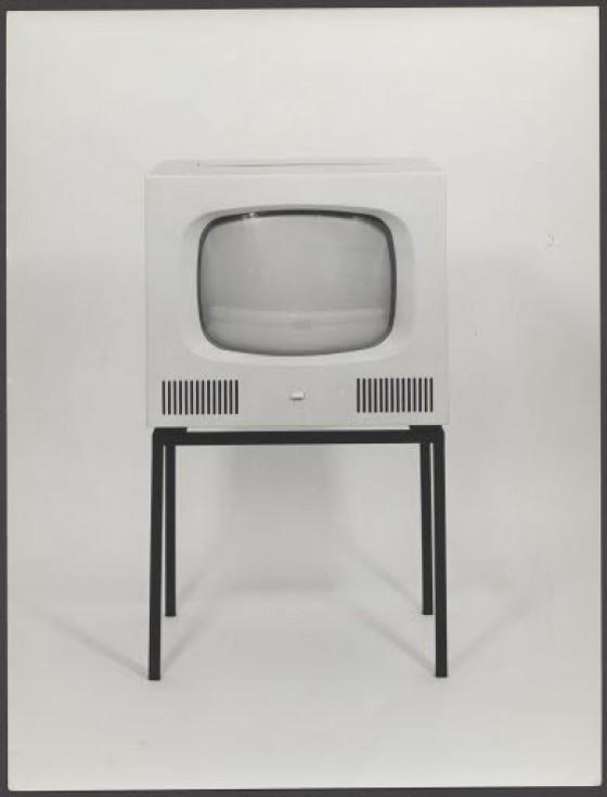Schwarz-weiß-Foto des Fernsehgeräts HF 1, Kunststoff-Frontplatte, Holz, Stahl-Gestell, Entwurf Herbert Hirche für Braun, 1958