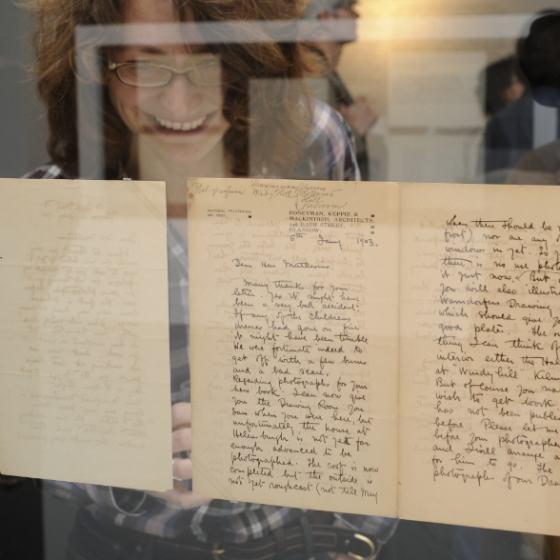 """Blick in die Sonderausstellung """"Schreiben & Bauen. Der Nachlass Hermann Muthesius"""" im Werkbundarchiv - Museum der Dinge"""