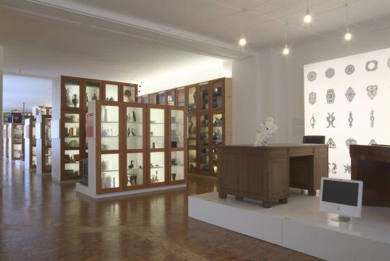 """Eingangsinstallation der Ausstellung """"Kampf der Dinge"""" des Werkbundarchiv - Museum der Dinge"""
