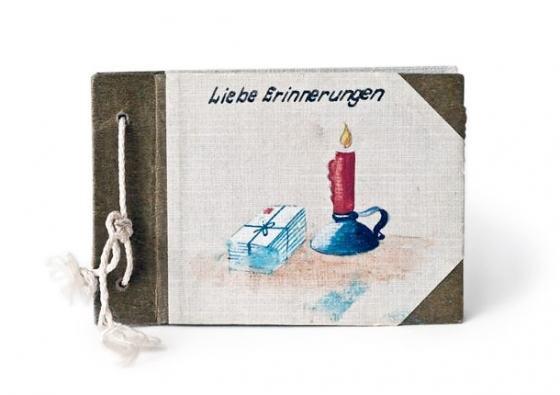 Album in braun-weiß Tönen im Querformat mit weißer Kordel zusammengebunden. Darauf Zeichnung einer roten Kerze und Briefen