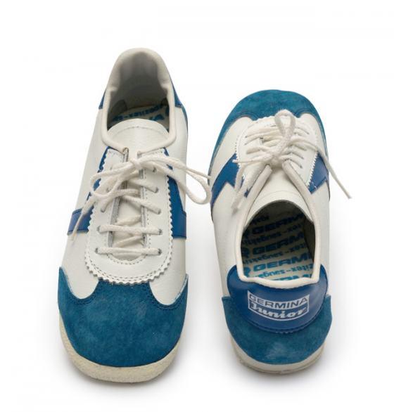 Blau-weiße Sportschuhe der Marke Germina