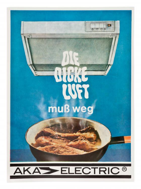 Blaue Fläche mit Zeichnung einer silbernen Abzugshaube, darunter Foto einer Pfanne mit Fleisch, aus der der Werbeslogan dampft
